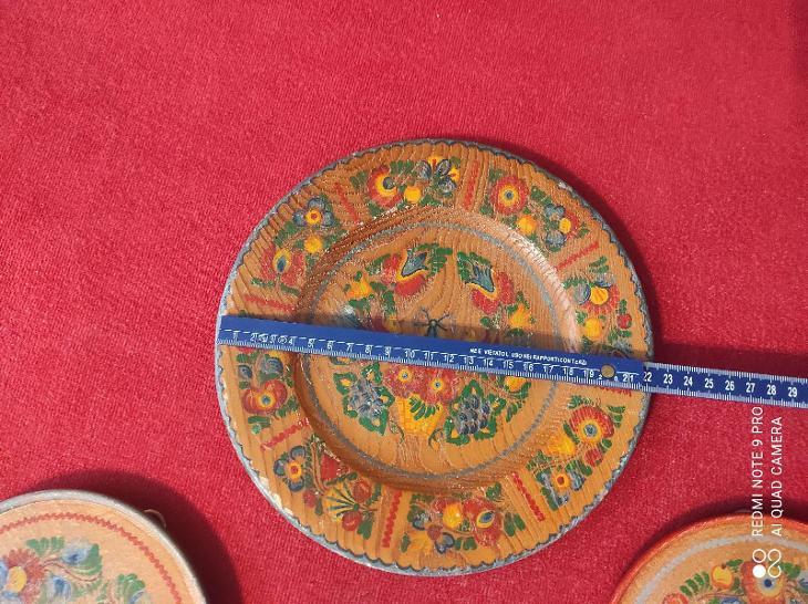 Staré malované dřevěné talíře na pověšení na zeď  - Starožitnosti