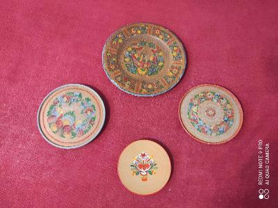 Staré malované dřevěné talíře na pověšení na zeď