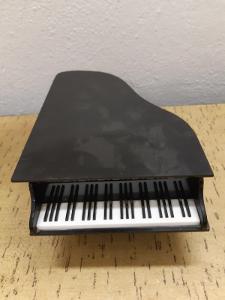 Prodám starý malý klavírek hrací skříňka - popis níže....