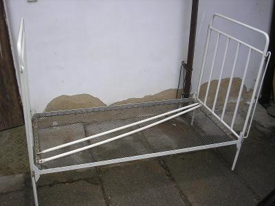 Stará kovová postel/ postýlka s drátěnkou