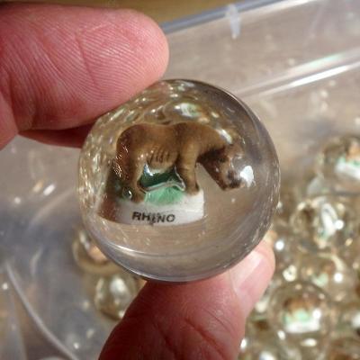 Velká hromada skleněných 3D kuliček se zvířátky Nosorožec, 80 ks
