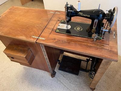 Šicí stroj Minerva M.16 šlapací, skříňový, rozkládací stůl, zásuvky