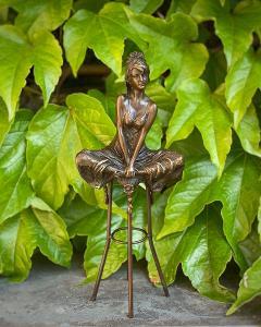Bronzová socha soška Žena na židli 2