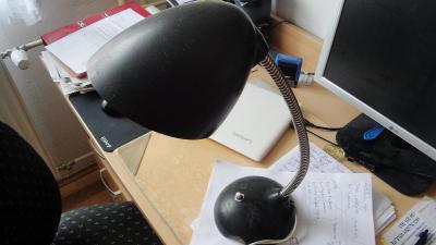 starší stolní lampa