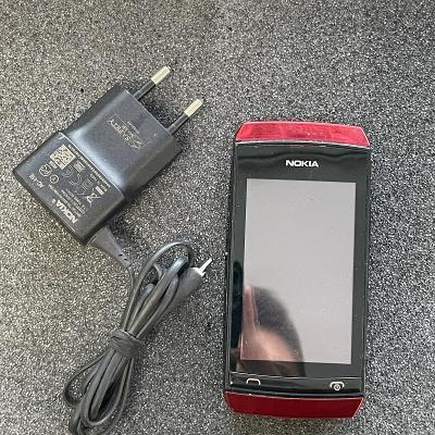 Tlačítkový telefon Nokia 305