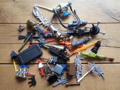 Různé náhradní díly ke sběratelským figurkám - zbraně, štíty, atd.