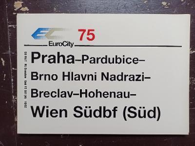 Směrová cedule DB - EC 75 (Praha - Pardubice - Brno - Wien)