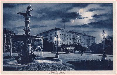Bratislava (Pozsony) * kašna, hotel, noční pohled * Slovensko * Z540
