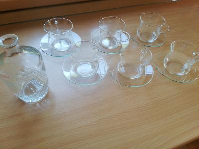 Sada 6 skleněných hrnečků s podšálky a karafa
