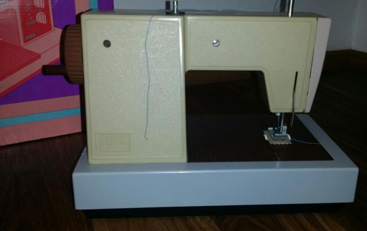 PIKO - Juanita * starý dětský šicí stroj v originál. krabici  - Starožitnosti