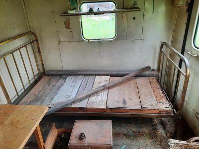 Starožitná mosazná postel na kolečkách