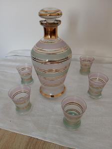 Stará karafa a skleničky