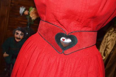 Červený dobový kožený opasek se srdíčkem