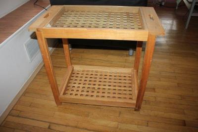 dřevěný stolek se skleněnou deskou nahoře