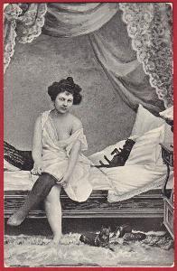 Erotická stará pohlednice - svlékající se žena