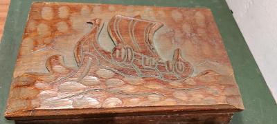 Krásná stará dřevěná bedýnka s vyřezávaným motivem