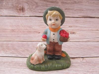 Starožitná Porcelánová soška chlapeček se psem koš s jabkama