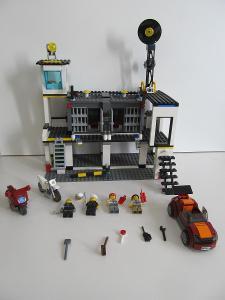 LEGO set City 7744 Policejní stanice vězení policista zločinec