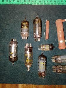 Staré elektro součástky po opraváři rádií z půdy