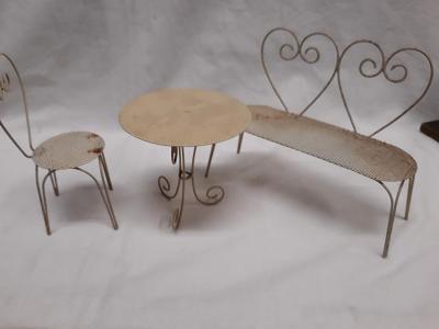 Kovová lavička a stolek pro panenky (54)