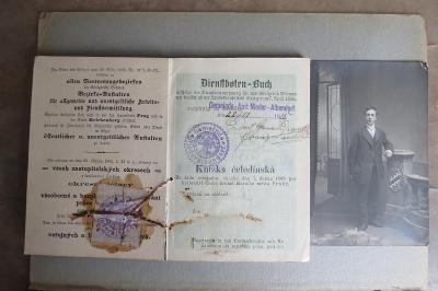 Stará čeledínská knížka s fotografií