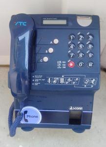 Starý telefonní automat budka na mince český telefon starožitný mobil
