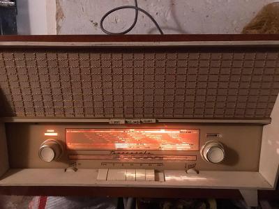 Staré dřevěné rádio s gramofonem Tesla Barcarola 1009A