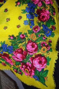 S růžemi... krojový šátek žlutý....