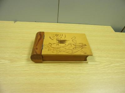 Stará dřevěná zdobená skříňka, kniha, na cigarety, doutníky apod.