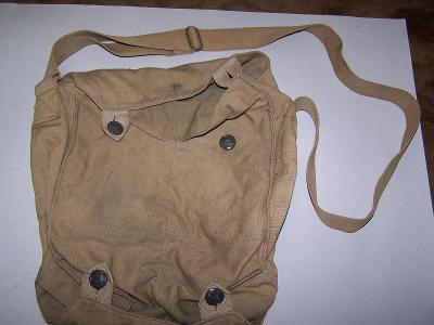 Stará vojenská taška na plynovou masku a oblek