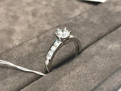 Tiffany & Co. - nový prsten platina 950/1000, 11 briliantů