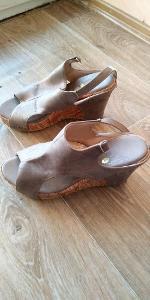 Pohodlné dámské sandály na klínku