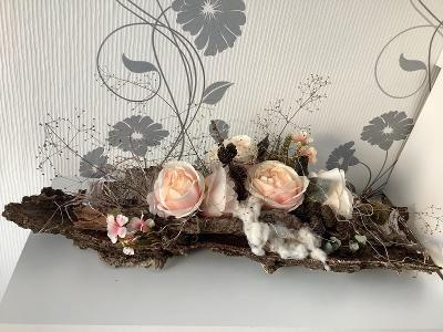 Svítící dekorace z kůry stromu a umělými květinami