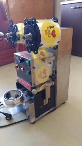 Víčkovací zatavovací stroj na plastové kelímky - automatický