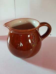 džbánek s nálevkou keramika, výška 12 cm, objem 1 l