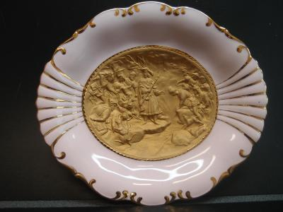 luxusní závěsný talíř, růžový porcelán, reliefní obrázek, top stav
