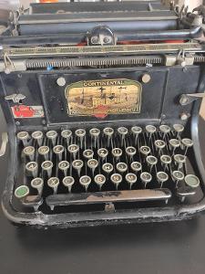 Starý  psací stroj zn. CONTINENTAL, přes 100 let starý