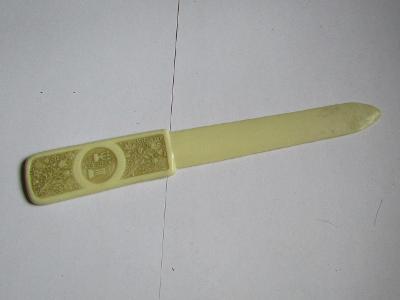Umělohmotný nůž na dopisy 2