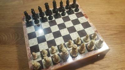 Nádherné šachy vyřezávané z kamene, nepoškozené