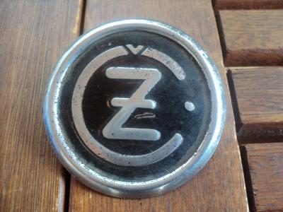 Znak ČZ na nádrž na motorku