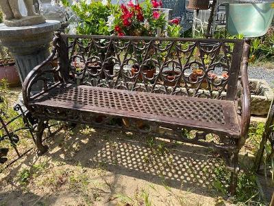 Litinová lavička v novogotickém stylu bohatě zdobená