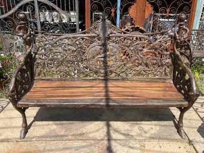 Litinová lavička zdobená