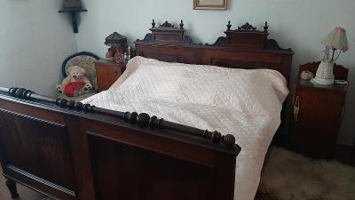 Starožitná manželská postel se dvěma nočními stolky