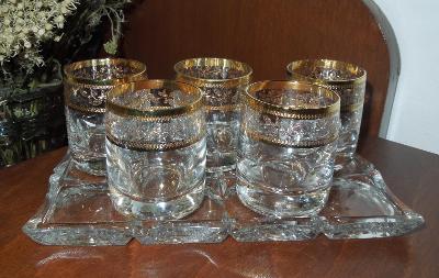 Sada krásných skleniček s bohatým zlacením na skleněném tácku, 5 kusů