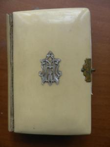 Modlitební knížku v slonové kosti a v češtině, asi z r. 1890.