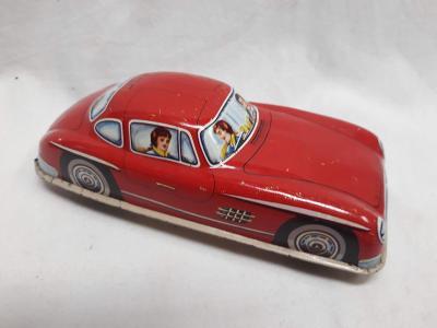 Červené plechové autíčko - mercedes (385)