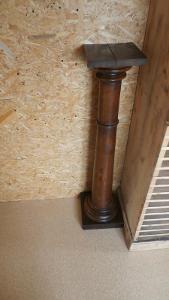 Velmi hezký secesní stojan - masivní velký a těžký