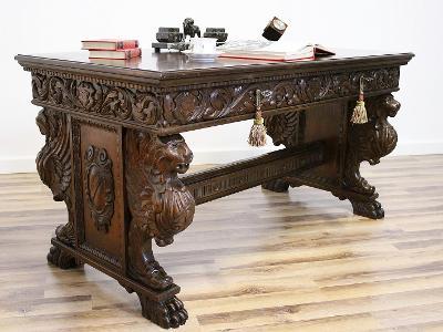 Starožitný neorenesanční psací stůl na tlapách