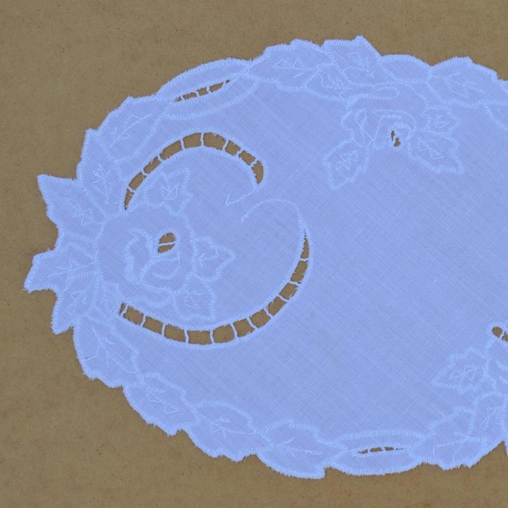 ručně vyšívaný bílý ovál richelie 34 x 25 cm - Zařízení