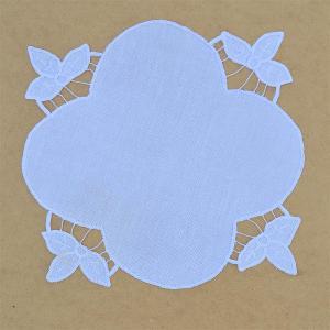 ručně vyšívaná bílá dečka richelie 25 x 25 cm